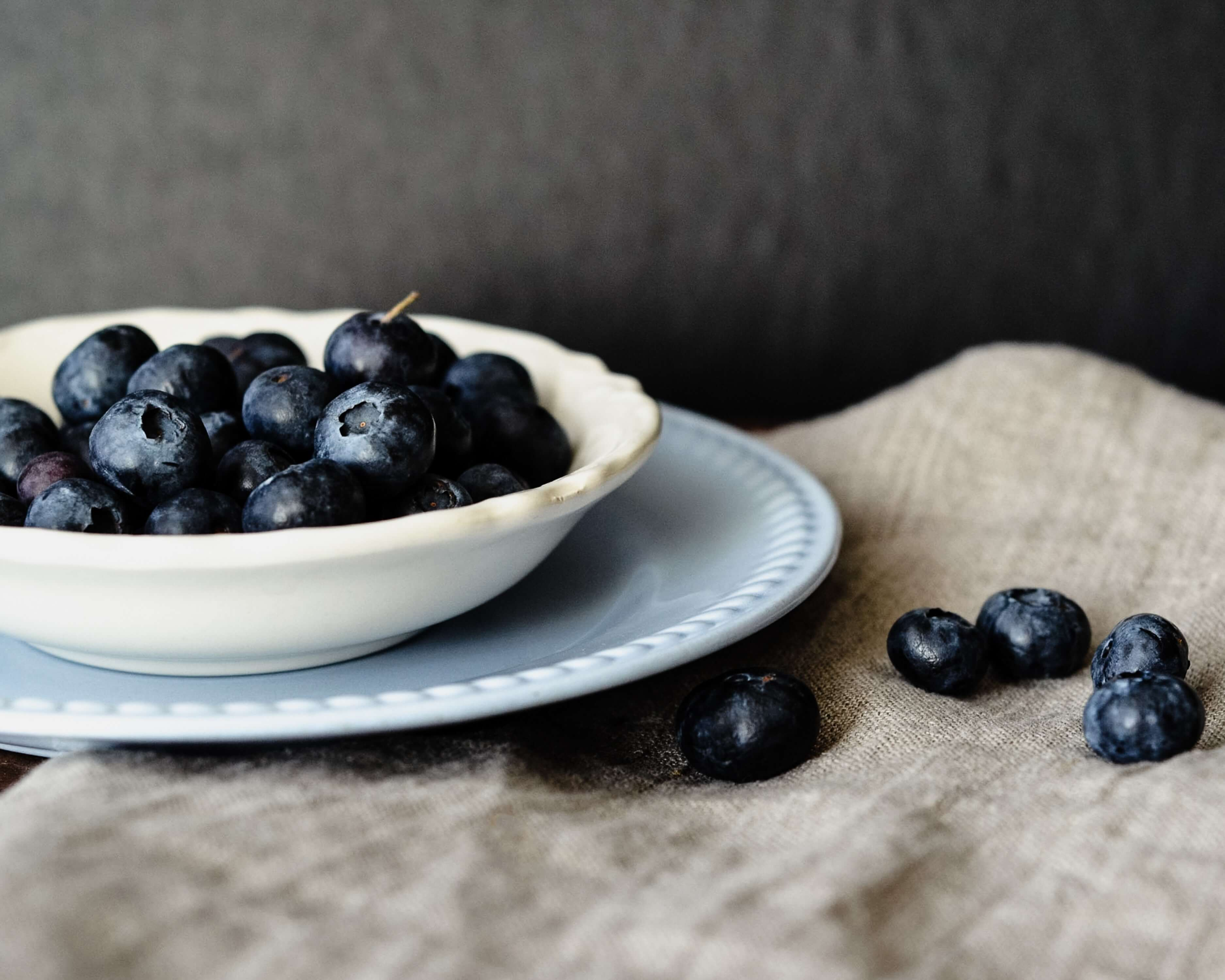 berries like blueberries are low calorie foods
